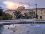 С другой стороны Альхаферии - небольшой парк с фонтаном.