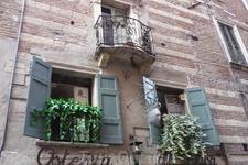 Верона. Фрагмент  дома Ромео,  который  имеет несколько хозяев.