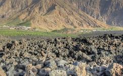 Кальдера Фогу - сложное образование, вместившее в себя сразу три кратера. Основной, огромный, собственно и образовавший когда-то кальдеру, практически ...