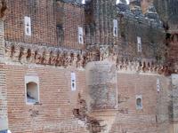 Кирпич использовался не только для создания мощной и неприступной крепости, но и для придания замку неповторимого образа. Кирпич выложен мастерами под разными углами, образуя самые необыкновенные орна