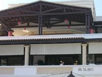 вид от главного бассейна на веранду ресторана