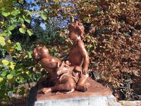 Фигурки играющих детей на этот раз не мраморные, а также, как и фонтаны, сделаны из свинца и покрыты бронзой.