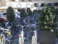 Стоянка велосипедов. Стоянки велосипедов и мотоциклов в Италии во всех городах Причем, всегда отдельно, а не в перемешку. Многие ездят на них. Мобильно ...