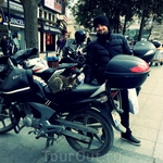 спокойно так спит себе на мотоцикле )