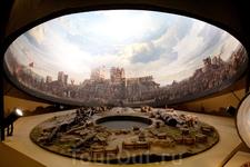 Макет музея-панорамы 1453 года. В центре - площадка, на которой находятся туристы. Ещё в музее слышны звуки выстрелов, гул людских голосов и музыка