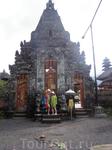 Храм на озере Братан.