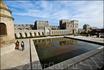 Крепость выглядит, как волшебный город Аладдина, с высокими башнями, напоминающими минареты, и огромным количеством фонтанов и небольших бассейнов, утопающих ...