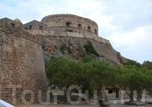 После захвата Крита турками в 1669 году, Спиналонга еще 46 лет оставалась во власти венецианцев и держала осаду турков.