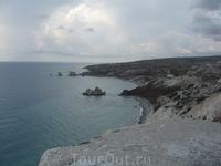 между камнями и есть Место рождения Афродиты, где она по легенде явилась из пены морской...я была там много раз и все время в том месте море пенилось. ...