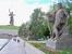 С правой стороны скульптурные композиции.