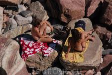 А ценник на лежаки и зонтики гонит туристов на камни