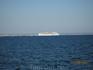 Белый лайнер на горизонте.