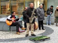Музыкантов в Праге очень много, играют они очень хорошо. Вот эта группа на Вацлавской площади играла джазовые композиции. Нас просто потряс музыкант, игравший вечером у Пороховой башни на стаканах с в