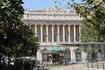 Здание Биржи на Ля Канбьер, карусель и небольшой фонтан.