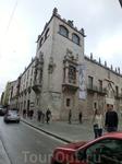 Одно из самых примечательных зданий города - Casa del Cordón (Дом со шнуром). Построено оно было по заказу констеблей Кастилии, тех самых, которые отгрохали ...