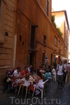 Рим.На узкой улочке еще одно  кафе.