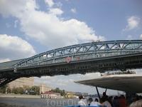 на мосту свадебное веселье...