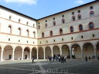 После смерти Франческо Сфорца в1466 г. квласти вМилане пришел его первый сын Галеаццо Мария. Онвновь загорелся идеей сделать иззамка роскошную резиденцию ...