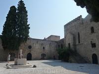 город за стенами крепости