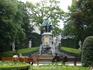 Брюссель.   Парк перед  церковью  Нотр дам дю Саблон на  Рю  де  ла Режанс,на  площади  Малый  Саблон. 48  скульптур   ремесленников,торговцев,трубочистов ...