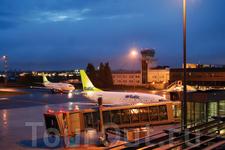Мы прилетели в аэропорт Риги около полуночи, пользовались услугами гос.авиаперевозчика  airBaltic.Авиакомпания основана в 1995, в арсенале преимущественно ...