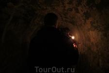 В пещерах монастыря ок. 10000 захоронений.