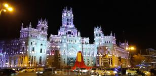 А находился он в здании мэрии Мадрида, El Palacio de Cibeles, подсвеченном и укашенном к празднику.