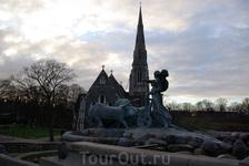 фонтан Гефион, выключен в связи с празднованием дня датских ВДВ )