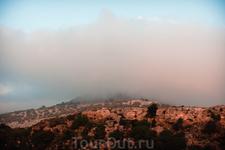 горные хребты в облаках