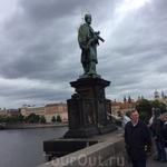 Статуя Святого Яна Непомуцкого на Карловом мосту. В Праге много легенд, вызывающих мурашки. Одна из них - про Яна Непомуцкого. Согласно легенде, Ян был духовником королевы, а муж королевы, король. был
