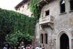 Верона.Заветный балкон и статуя слева притягивают ,как магнит, всех  туристов  в  мире  посетить это место на улице  Виа  Каппело,21 )))