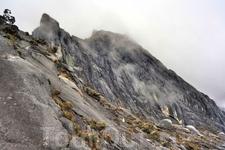 Снова налетают облака. Поднимается ледяной ветер.     За 800 метров (в длину) до вершины начинается ливень. Вот тут стали понятны опасения рейнджеров ...