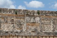 Каменные решетки, маски Чака и резные змеи на стенах являются замечательными образцами мозаичных работ.