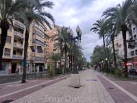 В Аликанте несколько больших улиц, которые считаются центральными. Обе идут вверх от набережной. Одна - Rambla de Méndez Núñez, улица с кафе и ресторанами ...