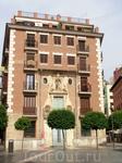 Мне очень нравилось это здание, но я ничего о нем не знала. По картам Гугл вычислила, что находится оно на La Plaza de los Apóstoles, а дальше все. Но ...