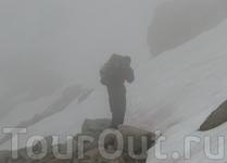 У озера Пропасти (Prectipice Lake) - в снегу слева сзади. Низкая облачность и плохая видимость помешали выйти на перевал Кава. Холодная ночевка.