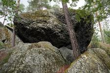 По легенде, злой великан Хииси собрал кучу огромных камней, чтобы спрятаться в засаде против священника с его людьми, которые пришли на лапландские земли ...