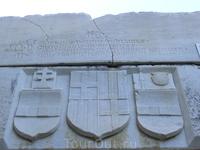 На стенах замка в общей сложности расположены 249 различных вариантов гербов рыцарских родов.