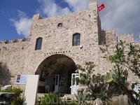 Крепость стоит в центре города. Вход открыт всем желающим, платно конечно)