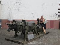 Со скульптурной композицией около городского рынка.
