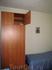 Шкаф в номере, кусочек моей кровати и картинка на стене