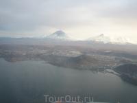 город Петропавловск-Камчатский вытянутый вдоль берега. Фото из самолета