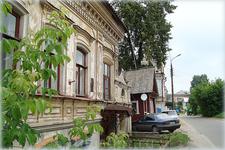 с годами дома уходят под землю. на ул. Горького