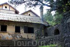 Дача Муссолини в заброшенном состоянии, но всё ещё можно увидеть и представить как здесь когда-то было красиво...