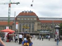 Центральный вокзал Лейпцига. Отсюда отходят междугородние автобусы, поезда, а также перед вокзалом находится остановка почти всех трамвайных маршрутов ...