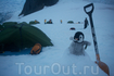 Кемпинг в Антарктиде: на палаточный лагерь спускается ночь.