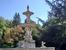 Фонтан напоминает монументальные фонтаны парка Ретиро, красивый белый мрамор, чаши и тритоны. Отсюда хорошо видны купола Собора Альмудены. Парк мне понравился, я хотела вернуться сюда в другой день и