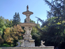 Фонтан напоминает монументальные фонтаны парка Ретиро, красивый белый мрамор, чаши и тритоны. Отсюда хорошо видны купола Собора Альмудены. Парк мне понравился ...