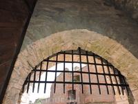 Решетка, перекрывающая вход в крепость. Сейчас поднята.