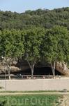 Новая остановка у Пон-дю-Гар. А это вход в пещеру  у древнеримского акведука.